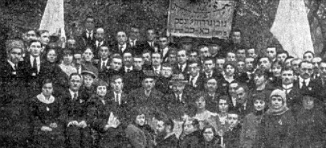 Учасники повітової сіоністської конференції (з меморіальної книги «Звіл»)
