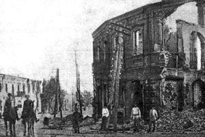 Будинок Штейнделя на розі Корецької та Житомирської вулиць після пожежі 1919 р. (з меморіальної книги «Звіл»)