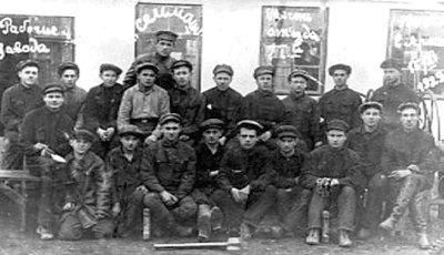 Робочі заводу сільгоспмашин. Фото 1929 року