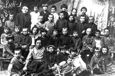 Вчителі та учні єврейської школи № 5, у верхньому ряду стоїть директор Лазар Абрамович Пастернак. Фото 1928 року