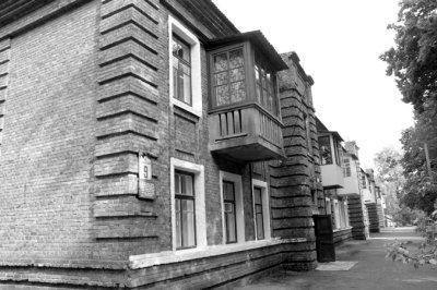 Житловий будинок у військовому містечку, зведений у 30-ті роки, в якому у 1940-1941 році проживав командир 9 механізованого корпусу К.К.Рокоссовський з родиною. Фото 2009 року