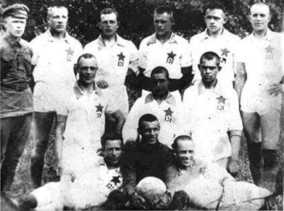 Футбольна команда 131-го Таращанського полку. 1935 рік (з м'ячем – Богуцький, стоїть другий праворуч – Янпольський)