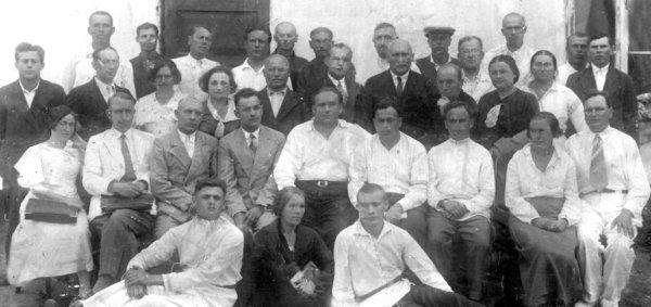 Колектив міської лікарні (фото кінця 1930-х років). У нижньому ряду ліворуч сидить М.І.Лянгус — майбутній керівник підпільної організації міста