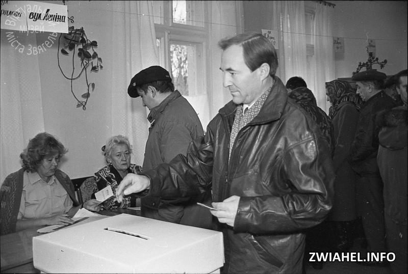 II тур виборів Президента України – 1999. На виборчій дільниці голосує міський голова Володимир Загривий