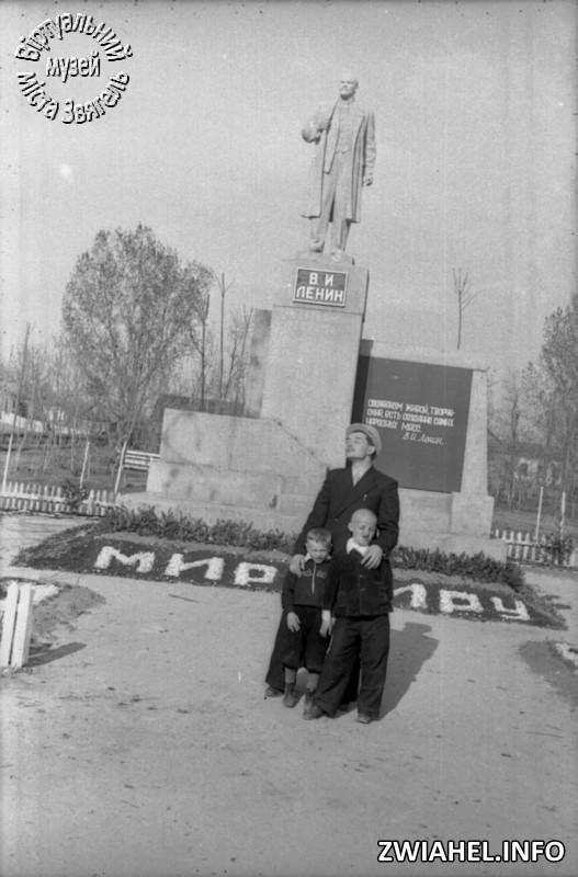 Біля пам'ятника Леніну