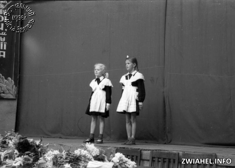 Школа №5: виступ учнів у літньому театрі