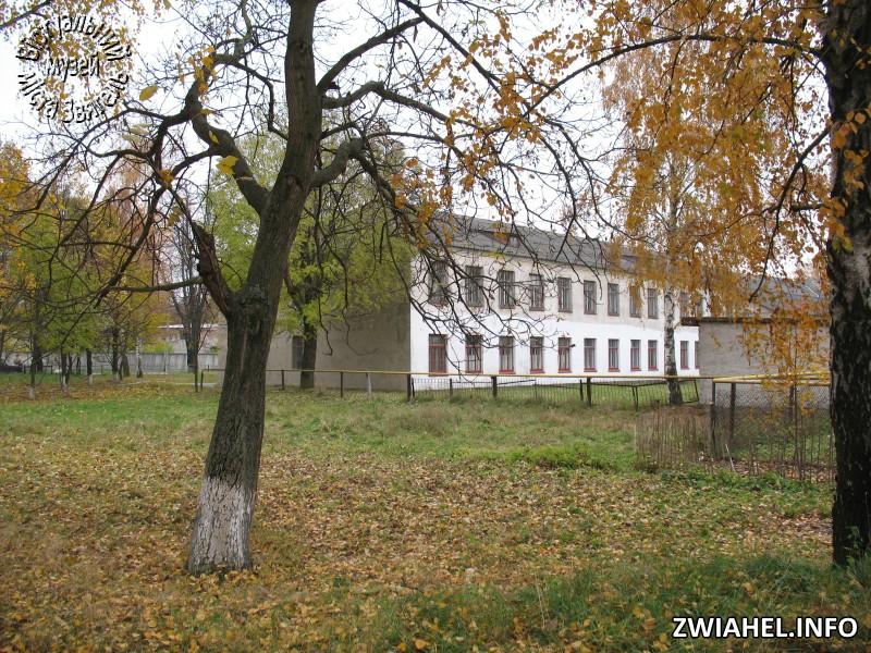 Школа № 5: вид з боку саду