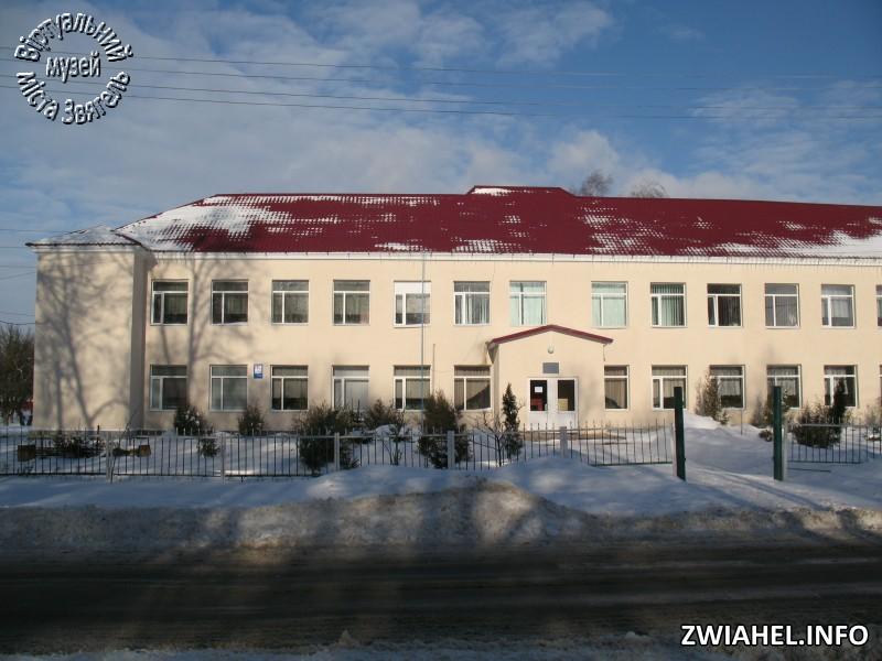 Школа № 5 взимку: головний вхід